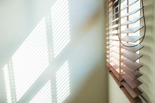 Żaluzje odbijające światło